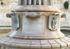 Vue de plan rapproché de la base de la fontaine de l'harmonie devant le château Charles V, Lecce Photo libre de droits