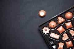 Vue de plan rapproché de la boîte de chocolats avec des pralines de chocolats de variété images libres de droits