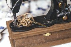 Vue de plan rapproché de machine à coudre de main d'en haut Photographie stock