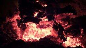 Vue de plan rapproché rougeoyant en bois à l'intérieur du fourneau clips vidéos