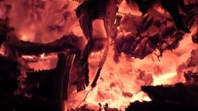 Vue de plan rapproché rougeoyant en bois à l'intérieur du fourneau banque de vidéos