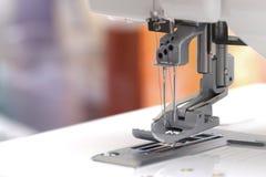 Vue de plan rapproché sur le pied de couture d'une machine de coverlock Photo libre de droits