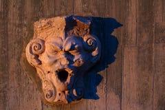 Vue de plan rapproché de visage sculpté de gargouille dans le sao Jorge Castle photos stock