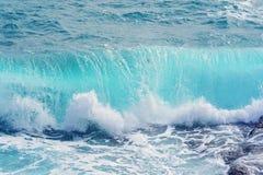 Vue de plan rapproch? des vagues de roulement bleu vert avec l'?claboussure photo libre de droits