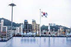 Vue de plate-forme de ferry avec le drapeau sud-coréen à la ville de Mokpo, Corée du Sud image stock