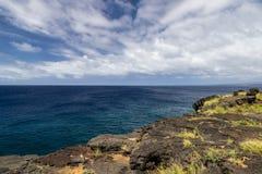 Vue de point du sud sur la grande île d'Hawaï Roche de lave dans le premier plan ; l'océan pacifique, ciel bleu et nuages à l'arr photos libres de droits