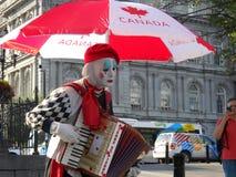 Vue de point de vue de Montréal Québec Canada Un interprète de rue habillé comme pantomime joue un instrument au milieu de vieux  photographie stock