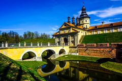 Vue de pont de château de Nesvizh images stock