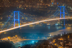 Vue de pont de Bosphorus la nuit Istanbul Image stock