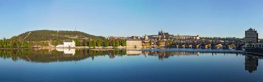 Vue de pont de Charles au-dessus de rivière de Vltava et de Gradchany (Prague C Photos stock