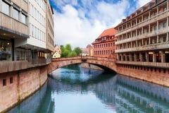 Vue de pont de Fleisch au-dessus de rivière de Pegnitz, Nuremberg Images libres de droits
