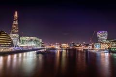 Vue de pont de Londres la nuit Photos libres de droits