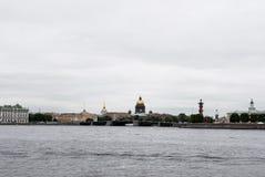 Vue de pont de palais, de cathédrale d'Isaac de saint et de colonnes Rostral Photos stock