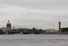 Vue de pont de palais, de cathédrale d'Isaac de saint et de colonnes Rostral Photographie stock