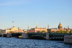 Vue de pont de palais, de cathédrale d'Isaac de saint et de l'Amirauté Photos libres de droits