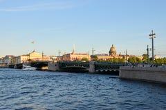 Vue de pont de palais, de cathédrale d'Isaac de saint et de l'Amirauté Photos stock