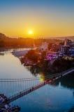 Vue de pont de rivière Ganga et de Lakshman Jhula au coucher du soleil Rishikesh l'Inde Image libre de droits