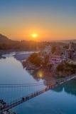 Vue de pont de rivière Ganga et de Lakshman Jhula au coucher du soleil Rishikesh l'Inde Image stock
