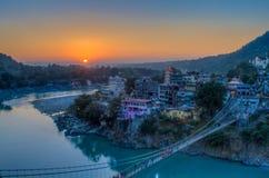 Vue de pont de rivière Ganga et de Lakshman Jhula au coucher du soleil Rishikesh l'Inde Photos libres de droits