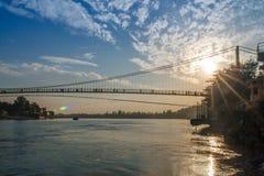 Vue de pont de rivière Ganga et de Ram Jhula au coucher du soleil Rishikesh l'Inde Photo stock