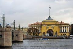 Vue de pont de Dvortsovy au-dessus de la rivière de Neva et du bâtiment d'Amirauté Images stock