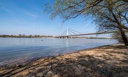 Vue de pont de libert? ? Novi Sad, la Serbie avec le brin de plage du Danube et de ville pendant le printemps t?t avec l'eau bleu photos stock