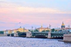 Vue de pont de palais, d'Amirauté et de cathédrale de St Isaac, Vasi Photographie stock libre de droits
