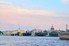 Vue de pont de palais, d'Amirauté et de cathédrale de St Isaac, Vasi Image stock