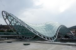 Vue de pont piétonnier en forme d'arc de paix, Tbilisi Photographie stock libre de droits