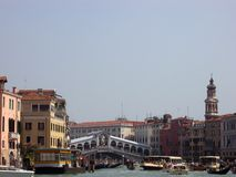 Vue de pont de Rialto et de canal grand photos stock
