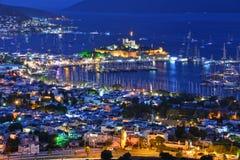 Vue de port de Bodrum et de château de St Peter par nuit Images stock