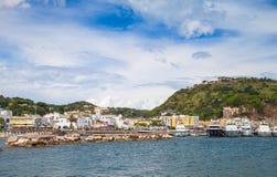 Vue de port de Lacco Ameno Île d'ischions Photographie stock libre de droits