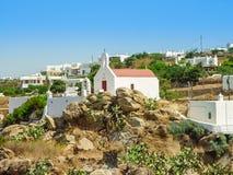 Vue de port de Mykonos avec des bateaux et des moulins à vent célèbres Images stock