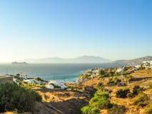 Vue de port de Mykonos avec des bateaux et des moulins à vent célèbres Photos stock