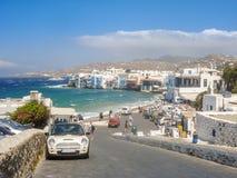 Vue de port de Mykonos avec des bateaux et des moulins à vent célèbres Photo libre de droits