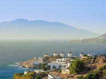 Vue de port de Mykonos avec des bateaux et des moulins à vent célèbres Image libre de droits