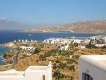 Vue de port de Mykonos avec des bateaux et des moulins à vent célèbres Images libres de droits