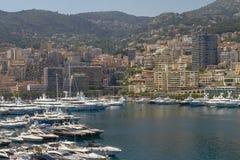 Vue de port, de yachts et de zones résidentielles en Monte Carlo Monaco images stock