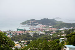 Vue de port industriel des collines Photos stock