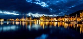 Vue de port la nuit images stock