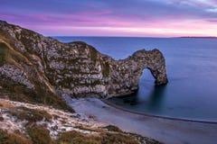 Vue de porte de Durdle au Royaume-Uni au coucher du soleil. Photos libres de droits
