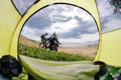 Vue de porte de tente de camp sur le seul vélo de moto de voyage Photo stock