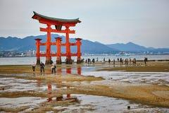 Vue de porte de Torii à Miyajima, Japon photographie stock