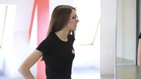 Vue de portrait de jeune femme donnant des instructions avoir profondément la coupure banque de vidéos