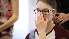 Vue de portrait des cheveux de attente de femme faits dans les écoles modèles banque de vidéos