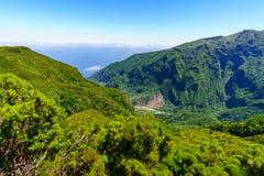 Vue de portrait des montagnes du point de vue de Mirador Enumeada en montagnes de la Madère, Portugal Photographie stock libre de droits