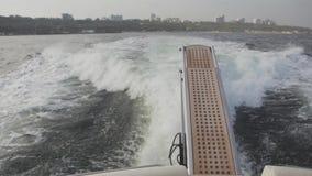 Vue de postérieur de yacht en Mer Noire d'Odessa, Ukraine clips vidéos