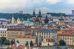 Vue de Prague et de Charles Bridge dans un jour nuageux Photographie stock libre de droits