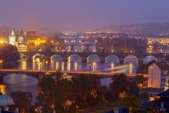 Vue de Prague et de la rivière de Vltava la nuit Image stock