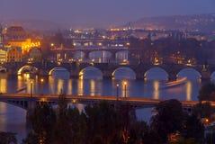 Vue de Prague et de la rivière de Vltava la nuit Image libre de droits